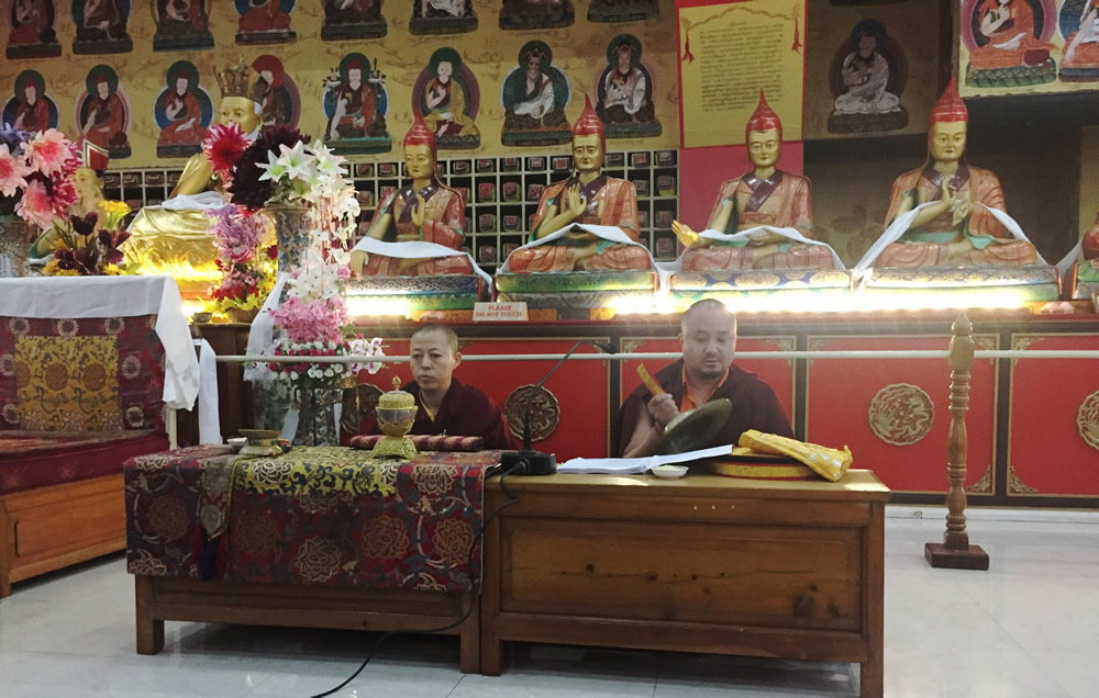Umdze Venerable Sonam Topgyal la and Anila Tsultrim Dechen leada session of group practice